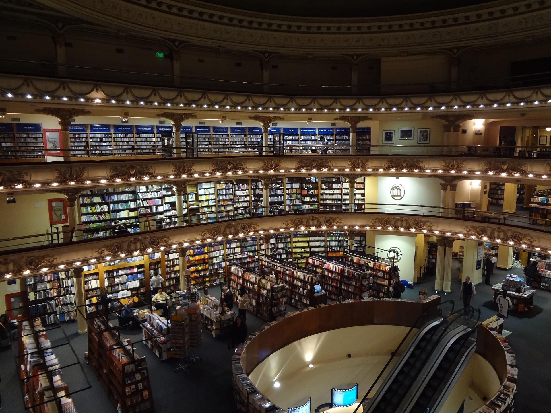 bookstore-945090_1920.jpg